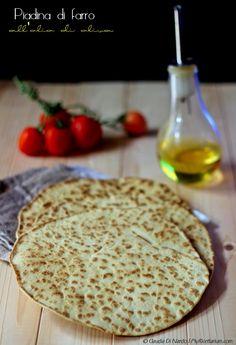 Piadina di farro all'olio di oliva Flour Recipes, My Recipes, Italian Recipes, Vegan Recipes, Pizza, Mini Foods, Antipasto, Naan, Crepes