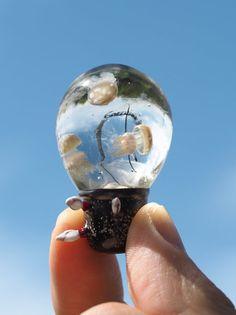 ガラス作品:漂着電球にタコクラゲ