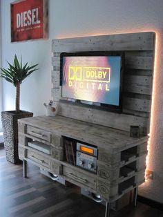 Une idée originale et pratique à réaliser avec des palettes pour créer un meuble TV, c'est l'idée déco du dimanche! Un meuble TV DIY Créez un joli meuble
