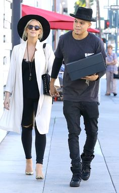 The pregnant star and her hubby go out shopping on Valentine's Day.