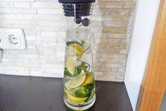 Erfrischendes Zitronenwasser - Rezept Voss Bottle, Water Bottle, Drinks, Food, Lemon Balm, Sodas, Summer, Drinking, Beverages