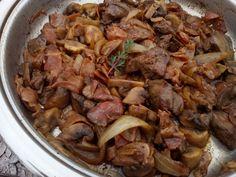 Na malém množství oleje osmažíme dosklovata na klínky nebo plátky pokrájenou cibuli, ke které dáme osmažit i na nudličky pokrájený česnekový bok... Food And Drink, Beef, Cooking, Food And Drinks, Meat, Cucina, Kochen, Ox, Cuisine