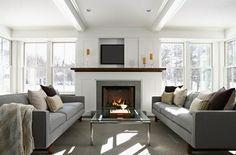 feng shui couleurs, murs blancs, tapis gris, grandes fenêtres, table en verre