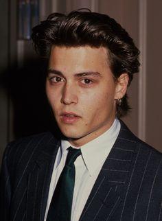 Johnny at the Nosotros Golden Eagle Awards on May 1988 Jonh Deep, Junger Johnny Depp, Beatles, Estilo Hipster, Young Johnny Depp, Pretty Boys, Celebrity Crush, Cute Guys, Captain Jack Sparrow