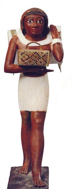 Vista frontal del portador de la mochila. Foto en Tesoros egipcios de la colección del Museo Egipcio de El Cairo