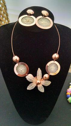 Aros y Collar en cobre con flor de crin natural de Rari Encantador! Bohemian Jewelry, Jewerly, Charmed, Bracelets, Accessories, Ideas, Copper, Pearl Necklaces, Stud Earrings
