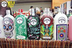 Botellas intervenidas por diferentes artistas en Mula Fest 2014