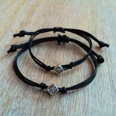 5480a706a387 Estas encantadoras pulseras están hechas de cordón de cuero negro. Diseñado para  parejas Tanto las
