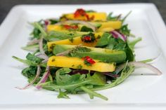 Recipe for a delicious and refreshing mango, avocado and arugula salad drizzled with a spicy orange vinaigrette Healthy Diet Recipes, Healthy Salads, Fast Recipes, Paleo Diet, Mango Salat, Arugula Salad Recipes, Chili Cook Off, Comfort Food, Onions