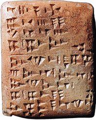 Suporte gráfico - Argila  A escrita inventada pelos sumérios, utilizada até à era Cristã e difundida por diversas regiões do Médio Oriente, deve o seu nome à aparência de cunhas ou de pregos que o seu material de suporte, a argila, que os escribas imprimem por pequenas incisões toma.