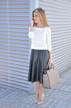 World fashion trend that has engulfed the world in the last few seasons this fall again taking its place as a true fashion hit – midi skirts. Midi skirts a Petite Fashion, Curvy Fashion, Girl Fashion, Fashion Outfits, Womens Fashion, Fashion Trends, Fashion Bloggers, Style Fashion, Beige High Heels