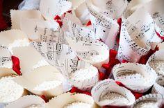 Che poesia in questi coni di carta realizzati con vecchi spartiti musicali... note d'amore e di passione per il matrimonio di Valeria e Filippo che hanno scelto la musica e il vino come temi del loro matrimonio... un matrimonio da sogno... www.weddinginelba.it #dettaglidautore #wedding #event #planner #island #elba #tuscany