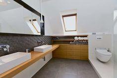 Majitelia chceli zrekonštruovať len kúpeľne, napokon sa menil celý interiér