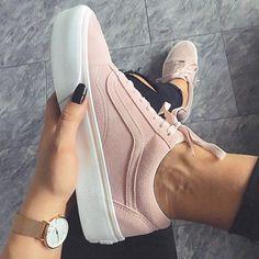 Der perfekte Sneaker für Frauen: der Vans Old Skool Platform Pink ist einfach ein super Schuh für den Sommer Foto: https://www.instagram.com/naat.lie/