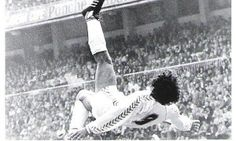 Hugo Sanchez , for me this man was the best mexican player in europe, because he won 5 pichichis, pichichis= the person who score the most goal in one year. Club Football, Best Football Team, School Football, Real Madrid Highlights, Hugo Sanchez, Diego Armando, Bicycle Kick, Most Popular Sports, World Of Sports