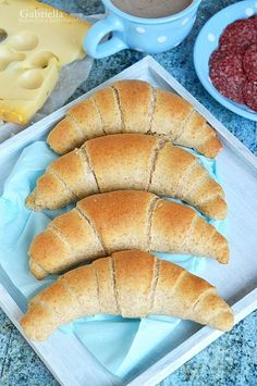 Teljes kiőrlésű kifli - a kedvenc reggeli kiflim! Crescent Rolls, Hot Dog Buns, Food Inspiration, Cake Recipes, Bakery, Food And Drink, Yummy Food, Healthy Recipes, Homemade