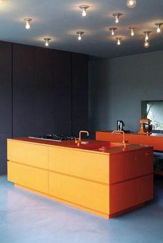 Островная оранжевая кухня.