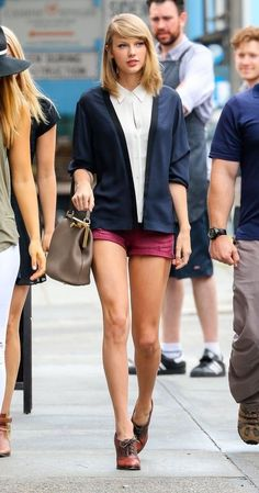 Swift made a case for preppy summer attire in an A. blouse, bright short shorts, Oxford heels, and her trusty Dolce & Gabbana handbag. 68 Reasons Why Taylor Swift Is a Street Style Pro - June 2014 from Style Taylor Swift, Taylor Alison Swift, Tomboy Fashion, Look Fashion, Tomboy Style, Fasion, European Street Style, Preppy Summer Outfits, Look Short