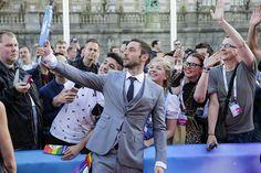 Faniensa kanssa selfien ottanut Måns Zelmerlöw voitti viime vuonna Wienin euroviisut. Tänä vuonna hän juontaa tapahtuman. – Olen iloinen tästä mahdollisuudesta, mutta on mahdotonta arvioida, miten se menee. Odotan innoissani Måns sanoi.
