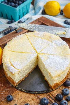 Lemon New York Style Cheesecake with Gingersnap Crust # lemon cheesecake recipes Lemon New York Style Cheesecake with Gingersnap Crust Lemon Desserts, Köstliche Desserts, Lemon Recipes, Sweet Recipes, Dessert Recipes, Health Desserts, Turtle Cheesecake Recipes, Cheesecake Crust, 7 Inch Cheesecake Recipe