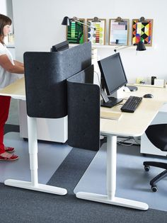 The BEKANT sit/stand desk can be raised and lowered to assure an ergonomic working position. Changing between sitting and standing throughout the day helps you to feel and work better.