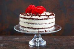 red velvet cake torte mit rotem kuchen sahne topper rote rosa blumen aus fondant essbare rosen kuchen