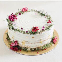 Deixe sua tarde mais doce com uma fatia de bolo . Que tal? : @edithpatisserie