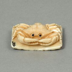 Mammoth ivory crab netsuke Japanese Characters, Bone Carving, Japanese Artists, Sculptures, Objects, Crab Shack, Miniatures, Samurai, Artwork