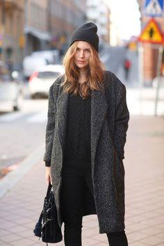 ロングコートにニット帽の組み合わせいいですよね。