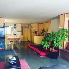 Quinta de charme na Madelena T4+1 590m2, constituída por uma habitação principal , muito espaçosa e com jardim frutado 1300m2 fechado numa zona calma. Cozinha aberta na sala 80m2 e lareira com terraço 40 m2. 1º piso 4 quartos com terraço 50 m2, 1 casa de banho. Mais 2 casas independentes 40m2 e 70m2  necessitarem de obras. Seria ideal para um projeto de hotel de turismo ou particular. A quinta mantém grande parte dos elementos arquitectónicos originais estilo hacienda colonial. Garagem para…