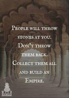 La gente lanzará Piedras en ti No los tires de vuelta Recoger a todos y construir un imperio-