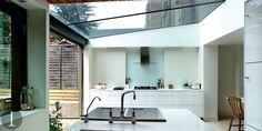 verriere de toit dans une cuisine amenagee