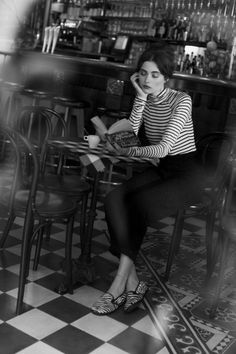 Parisian Style, Simple and Forever Chic outfits Wear for Women to Copy Street Style Vintage, Vintage Cafe, Parisian Style, Black White Photos, Black And White Photography, Style Parisienne, Shotting Photo, Hipster Grunge, Woman Reading