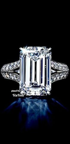 ❇Téa Tosh❇ Emerald cut Diamond, Brilliant cut Diamonds set in Platinum