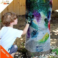 Детки- неиссякаемый источник энергии! Им всё время хочется двигаться, узнавать что-то новое и творить! Мы хотим предложить Вам и Вашим непоседам замечательную идею для игры на свежем воздухе, которая несомненно порадует их, развивая при этом творческие способности.  Делаем радужное пупырчатое дерево!