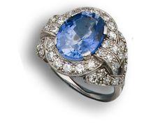 Sortija años 20 en platino y diamantes, centro con zafiro.