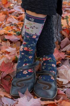 Mona Linen Crew - Rich florals flourish from end to end of these lovely socks. A band of color adds a beautiful contrast just below the cuff.