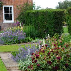 Et drømmebed av roser og stauder krever litt planlegging. Foto: davidaustenroses.co.uk