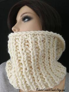 Articles similaires à Snood col en laine écru pour femme   homme snood écru  col écharpe tour du cou écharpe tube grosses mailles snood mixte cadeau  noël ... 49359742fb6