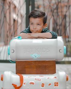 The BedBox is a ride-on suitcase which turns into a bed in an economy plane seat! Jet Kids, Plane Seats, Flying With Kids, Hand Luggage, Travel Gadgets, Spawn, Ultimate Travel, Travel With Kids, Travel Accessories