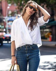 Jean taille haute + blouse blanche + cheveux détachés = le bon mix - Tendances de Mode