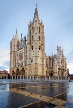 The main body of León Cathedral was built between 1205 - the north tower and cloister were built in and the south tower completed in Sacred Architecture, Church Architecture, Religious Architecture, Beautiful Architecture, Architecture Religieuse, North Tower, Templer, The Cloisters, Cathedral Church
