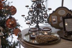 Een kaarsenhouder in de vorm van een kerstboom, oranje kerstballen en dennenappel-decoratie. Dit jaar wordt Kerstmis héél origineel! meubelen-heylen.com