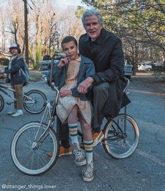 """Millie Bobby Brown, Mathew Modine and Gaten Matarazzo (in the background) behind the scenes of """"Stranger Things"""" Stranger Things Quote, Stranger Things Actors, Stranger Things Have Happened, Bobby Brown Stranger Things, Stranger Things Aesthetic, Eleven Stranger Things, Stranger Things Season, Stranger Things Netflix, Dr Brenner Stranger Things"""