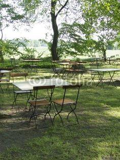 Tische und Stühle in einem Biergarten in Lipperreihe im Teutoburger Wald bei Bielefeld in Ostwestfalen-Lippe