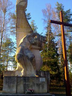 Podróżując po Podlasiu, warto odwiedzić miejscowość Grabówkę, położoną w gminie Supraśl. Znajdująca się na wschód od Białegostoku wieś kryje w sobie niezwykłe miejsca - cmentarze upamiętniające ofiary zbrodni hitlerowskich z lat 1941-44.