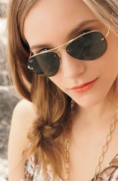 Ray Ban Aviators for Women are stylish eyeglasses that have stood the test of time. Buy the Cheap Ray Bans online and save money. Mod Fashion, Fashion Wear, Girl Fashion, Fashion Trends, Runway Fashion, Fashion Shoes, Fashion 2015, Female Fashion, Cheap Fashion