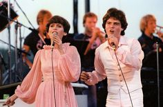 Saw Donny and Maria and the Osmond Brothers in concert at the Iowa State Fair.  I love Marie's dress!!! Probably wouldn't look good on me, but who cares??? :D