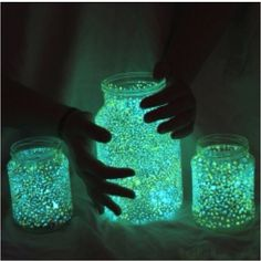 Glowing Jars: cut open a glow stick & add water! Parent supervision #glitter Mason Jar Fairy Lights, Mason Jar Diy, Easy Crafts For Kids Fun, Vbs Crafts, Home Crafts, Kids Decor, Cool Diy Projects, Craft Projects, Pigment Powder