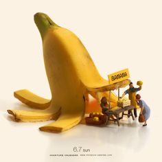 Banana Stand In April art director and photographer Tatsuya Tanaka created the Miniature Calendar as a way to craft scenes for his diorama dolls. Trucage Photo, Banana Shop, Photo Macro, Miniature Calendar, Banana Art, Miniature Photography, Small Figurines, Tiny World, People Art